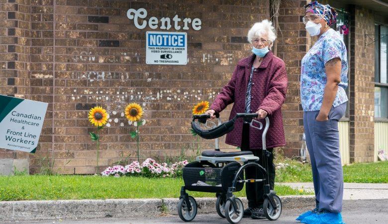 Photo of تعلن أونتاريو عن خطة للسماح بالزوار في بعض دور المسنين