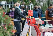 صورة يواجه المتسوقون الثلوج والحشود للحصول على الهدايا وإنهاء المهمات قبل إغلاق تورونتو